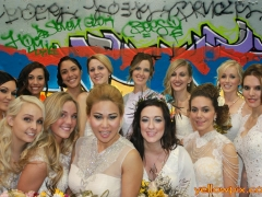 Brides_in-photo-booth